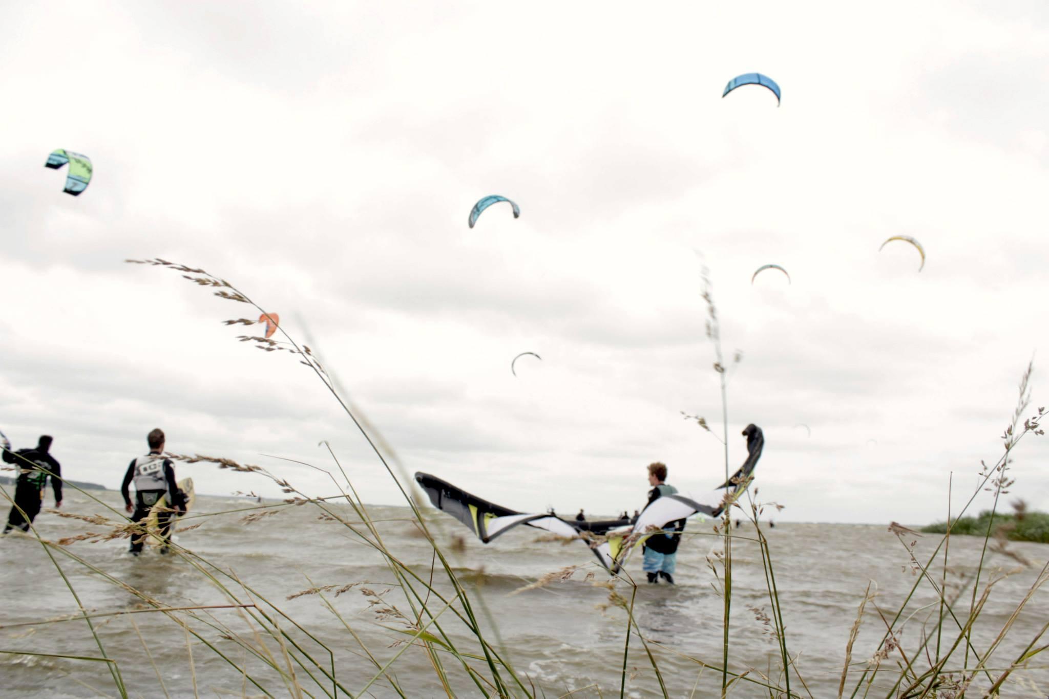 Kitesurfer und Windsurfer in Saal