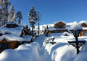 Hotel vom Schnee bedeckt