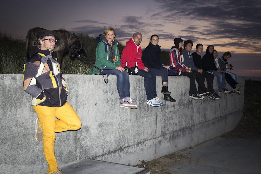 Chillen auf der Mauer zum Sonnenuntergang