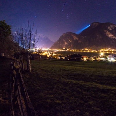 Blick ins leuchtende Zillertal bei Nacht