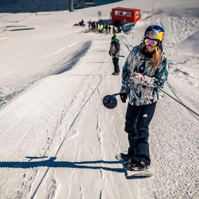 Pro Riderin Anna Gasser am Parklift