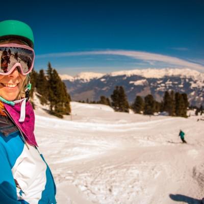 Jana genießt den Blick über das Skigebiet