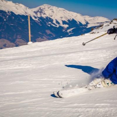 Judith beim windschnittigen Ski fahren
