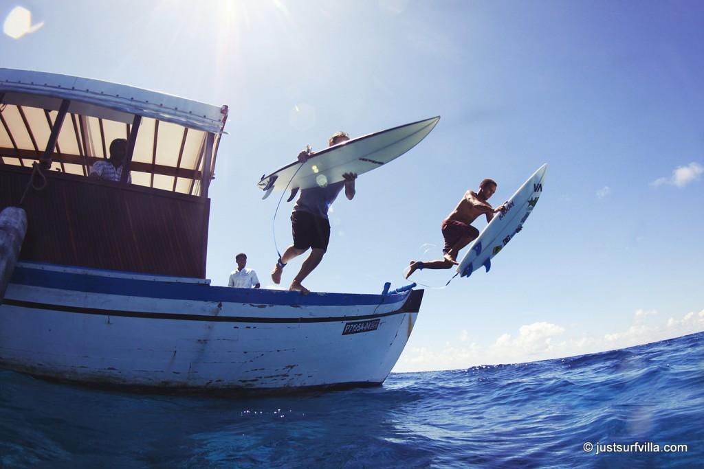 Mit den Dhoni Booten geht es zu den Surfspots