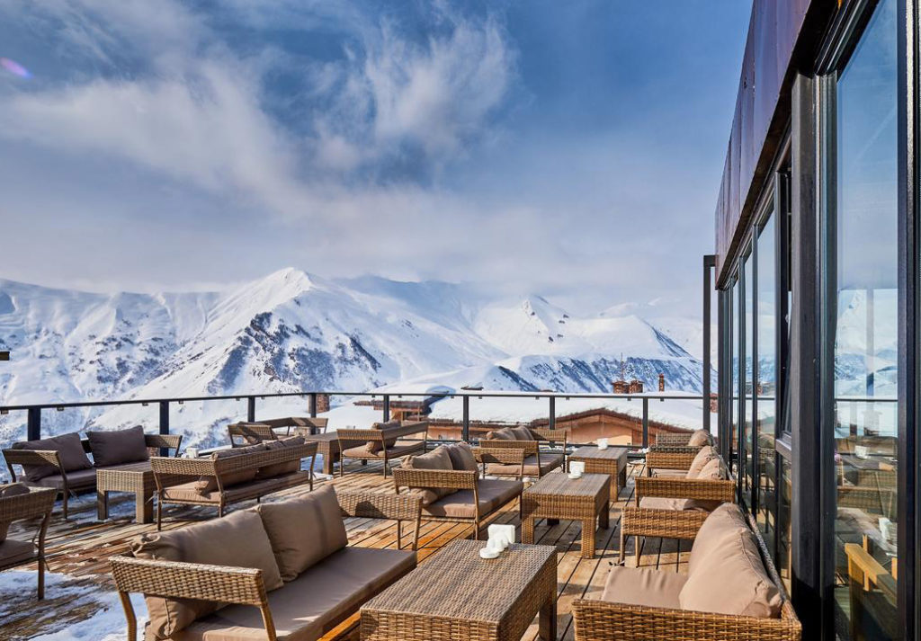 Terrasse Winterurlaub Freeride Gudauri Georgien | Travel Delight
