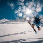 Ski springen im Tiefschnee.
