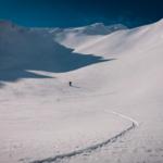 Bergführer überprüft die Schneedecke